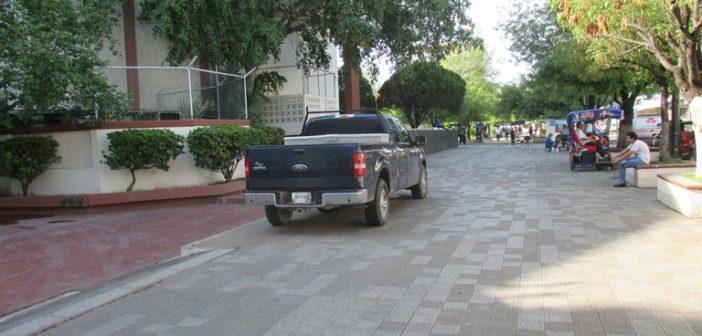 La Rectoría de la Universidad Autónoma de Tamaulipas sigue estacionando autos arriba de la banqueta