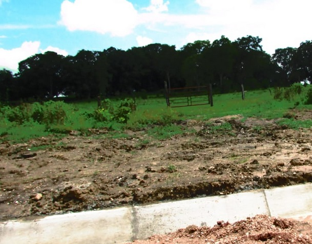 Constructoras obstruyen drenajes y destruyen caminos rurales en Tabasco