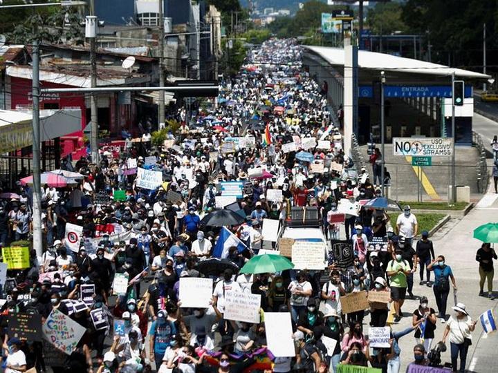 Protestan en calles de El Salvador contra el presidente Nayib Bukele
