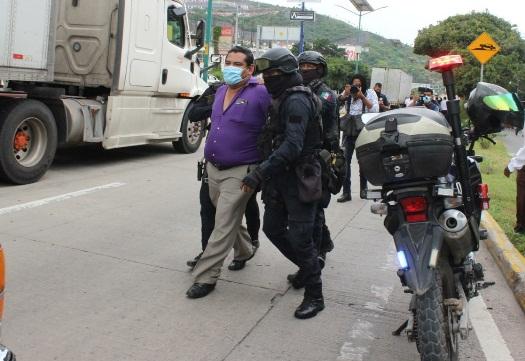 Policías de Guerrero desalojan a reporteros y detienen a activista indígena