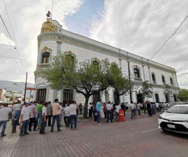 Protestan trabajadores contra la Alcaldía panista de Victoria; exigen ajuste salarial