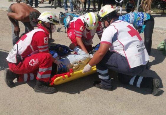Auto choca contra motocicleta provocando fractura de piernas a ciudadano en Victoria