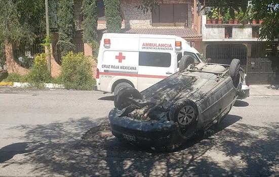 Por omitir un alto, choca su vehículo en la Colonia Américo Villarreal en Victoria