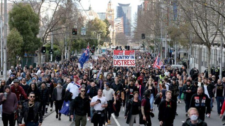 Miles protestan contra el Gobierno por encierros por la plandemia en Australia