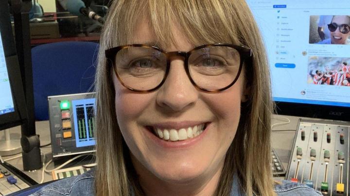 Presentadora de la BBC murió por la vacuna covid, determinó forense del Reino Unido