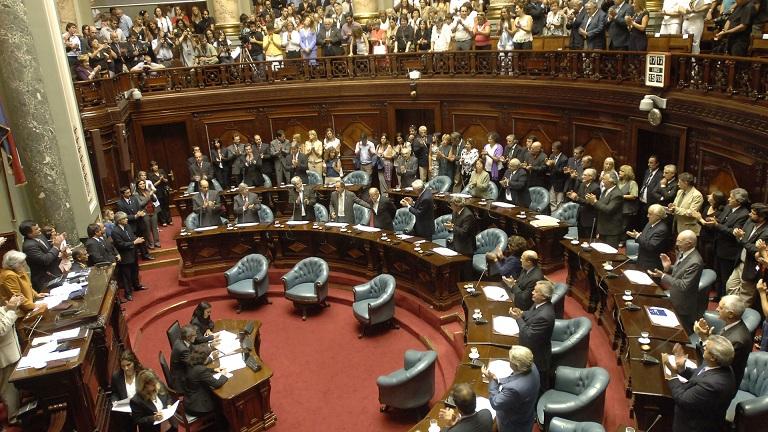 La coalición acuerda recursos para asentamientos tras una dura polémica en Uruguay